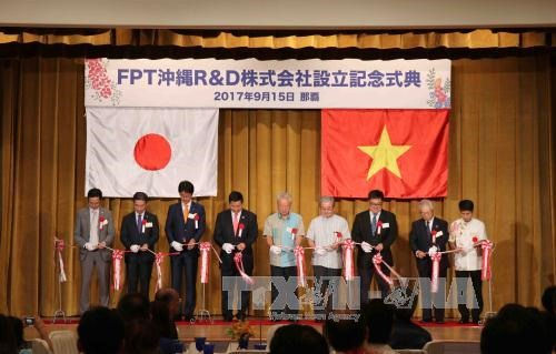 Leaders of FPT Group and Okinawa Prefecture cut ribbon to launch the former's R&D centre in the province.